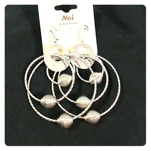 Large graduated hoop earrings